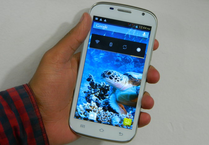 Karbonn A26 Review- in hand